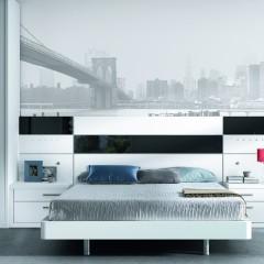 Dormitorio con armario a rincón de puertas correderas